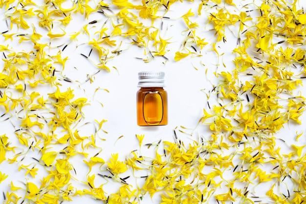 Essentiële olie van goudsbloembloem op wit