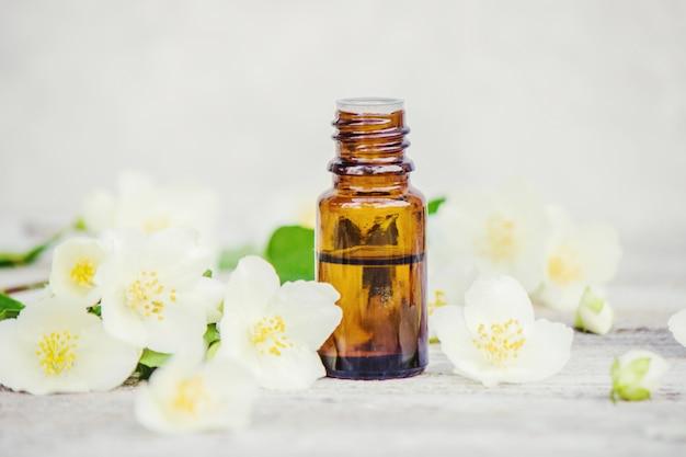 Essentiële olie van jasmijn. selectieve aandacht. aardaroma.