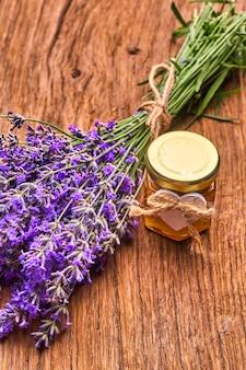 Essentiële olie van lavendel, bos lavendelbloemen op houten plank