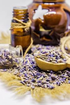 Essentiële olie van lavendel. selectieve aandacht. natuur bio bloemen.