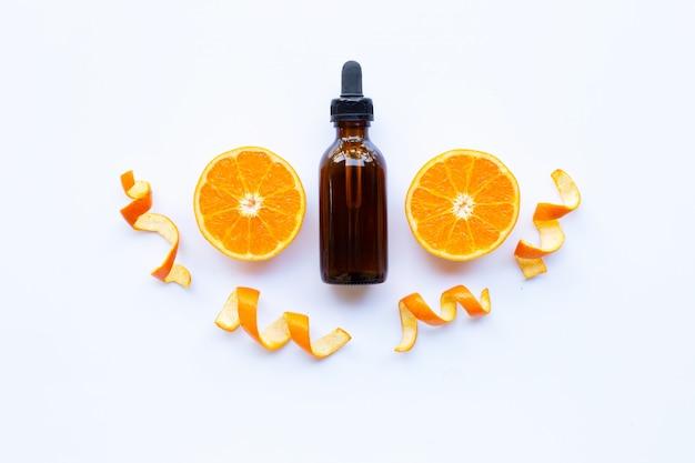 Essentiële olie van sinaasappel op wit.