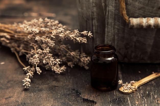 Essentiële oliën en lavendel op houten tafel. lavendel spa, wellness met lavendel