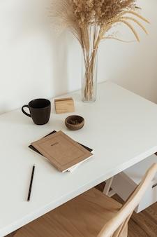 Esthetisch minimaal interieurontwerp voor kantoorwerkplekken Premium Foto
