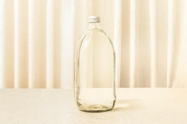 Esthetische fles van helder glas, woondecoratie