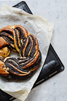 Estse kringle. brioche met papaver en chocolade, krans.