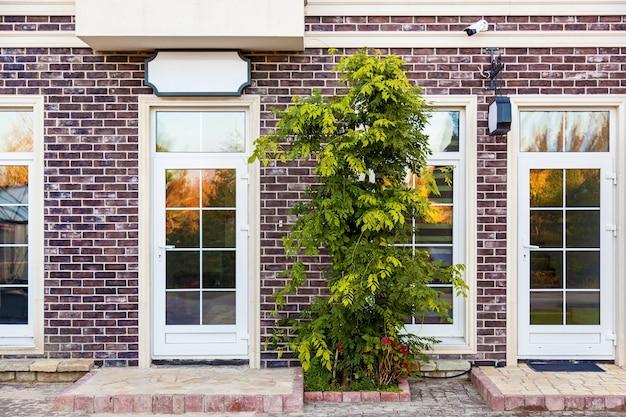 Etalage met grote glazen ramen en een deur