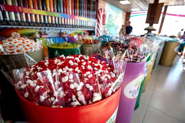 Etalage met kleurrijke snoepjes, gummies en marmelade.