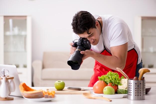 Eten blogger werkt in de keuken