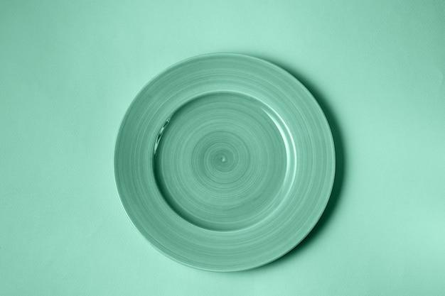 Eten bord afgezwakt in trendy neo mint kleur, plat leggen.