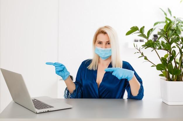Eten en medicijnen bestellen in een online winkel tijdens de quarantaine en epidemie, portret van een vrouw met een medisch masker