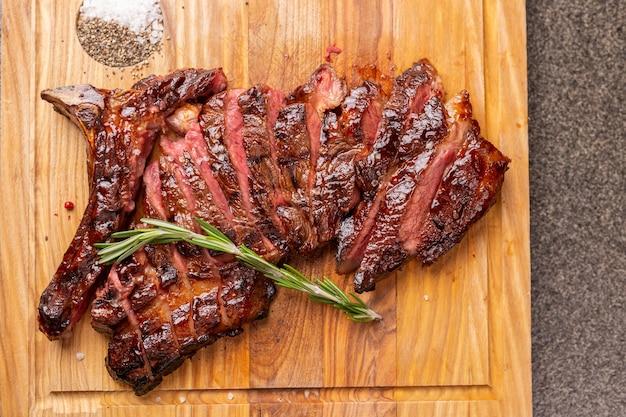 Eten heerlijk paardenvlees en ambachtelijke concept serveren van gegrilde biefstuk