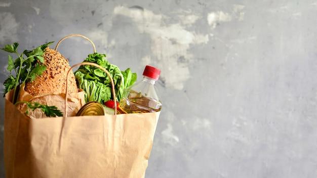 Eten in een papieren zak