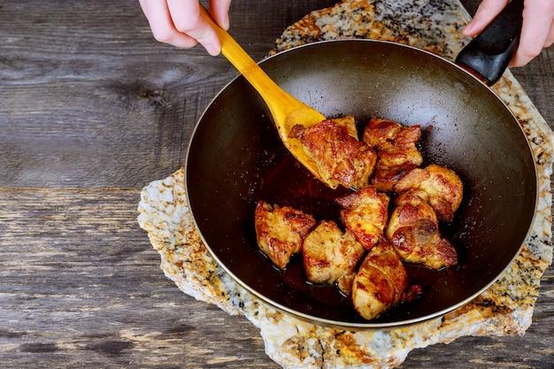 Eten koken in de wok in tandoor een koekenpan gebakken vlees