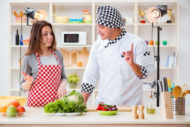 Eten koken tv-show in de studio