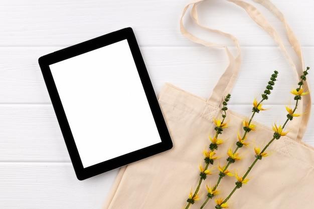 Eten kruidenier online winkelen bezorgen. eco vriendelijke natuurlijke tas en tablet op houten tafel