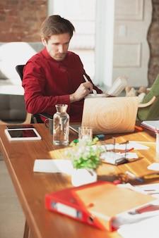 Eten op de werkplek. kaukasische ondernemer, zakenman, manager die op kantoor probeert te werken. ziet er grappig uit, lui, tijd doorbrengend. concept van werk, financiën, zaken, succes en leiderschap. deadline