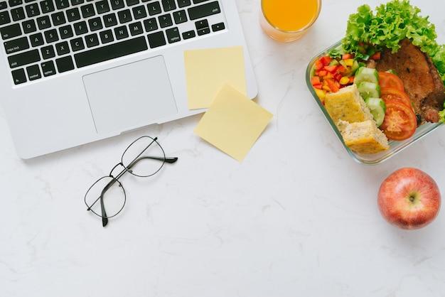Eten op kantoor. gezonde lunch voor op het werk.