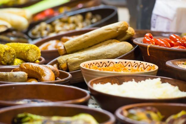Eten straat feestelijk van traditionele aziatische keuken op de markt