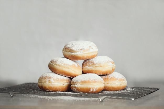 Eten. vers gebakken donuts op tafel