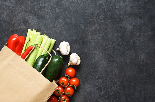 Eten winkelen of levering concept, verse groenten in een papieren zak.