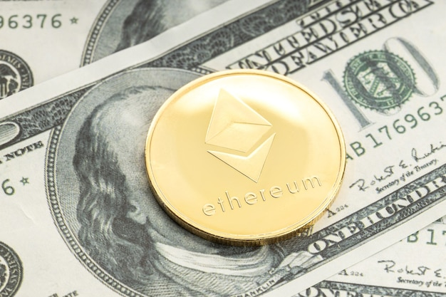 Ethereummuntstuk op dollarbankbiljetten. cryptocurrency op amerikaanse dollarbiljetten