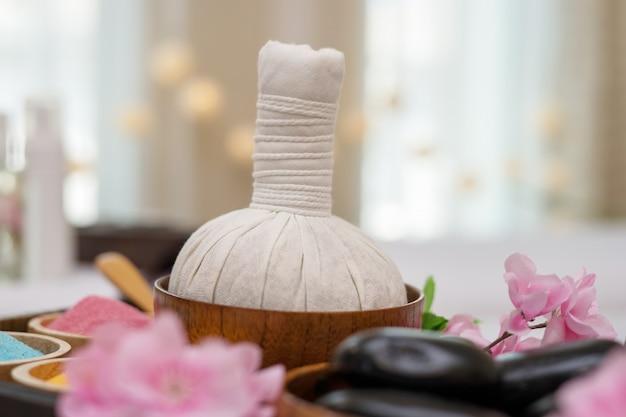 Etherische olie, badzout en zwarte massage hete stenen. spa salon concept