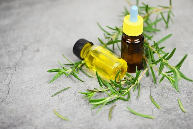 Etherische olie fles natuurlijke spa ingrediënten rozemarijnolie voor aromatherapie en rozemarijnblad op zak - biologische cosmetica met extracten van kruiden