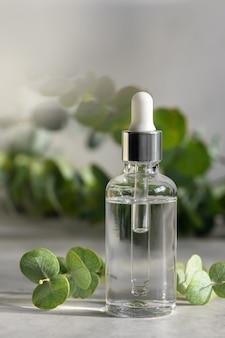 Etherische olie in druppelflesje, hydraterend hyaluron serum met eucalyptus extract, huidverzorging en alternatieve natuurlijke medische cosmetica