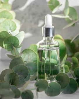 Etherische olie in druppelflesje, hydraterend hyaluron serum met eucalyptus extract, huidverzorging of lichaamsverzorging, kruidencosmetica concept