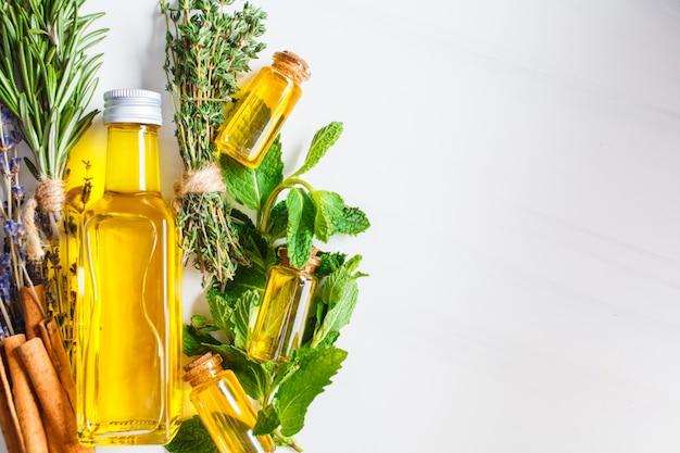 Etherische olie in glazen flessen. essentiële oliën van tijm, munt, rozemarijn en lavendel