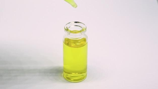 Etherische olie in kleine flesjes. selectieve aandacht. natuur