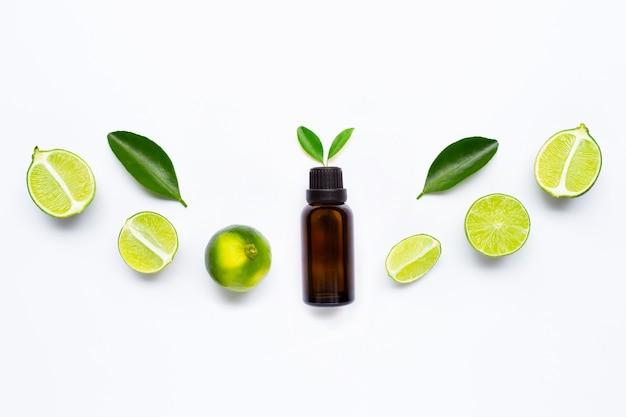 Etherische olie met limoenen en bladeren