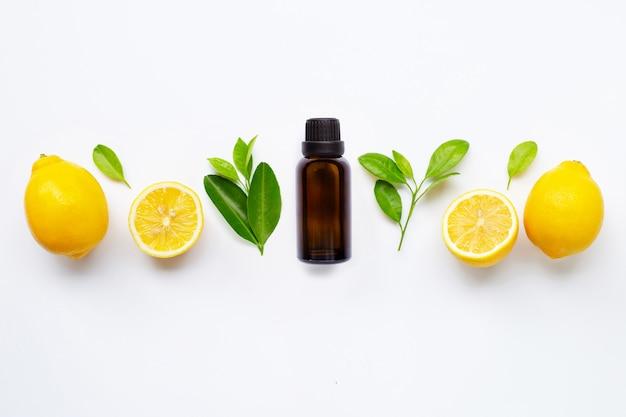 Etherische olie met verse citroen met geïsoleerde bladeren