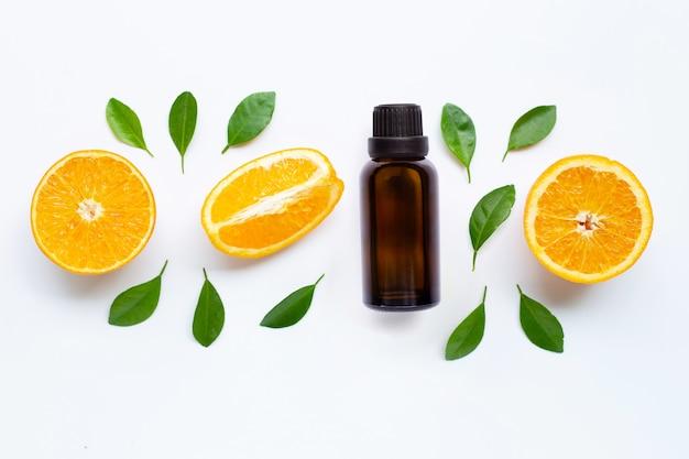 Etherische olie met verse sinaasappelcitrusvruchten en bladeren