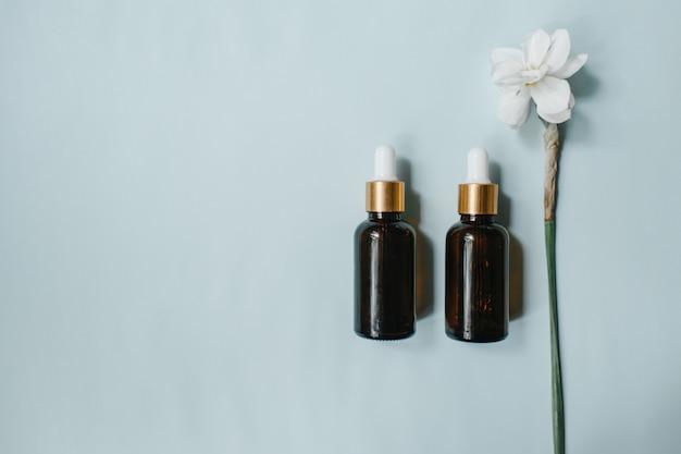 Etherische olie, plantaardig extract, serum, hyaluronzuur. bruine glazen flacon met druppelaar. biologische veganistische natuurlijke cosmetica concept. plat lag, bovenaanzicht. hoge kwaliteit foto
