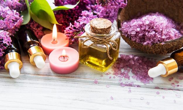 Etherische oliën en lila bloemen