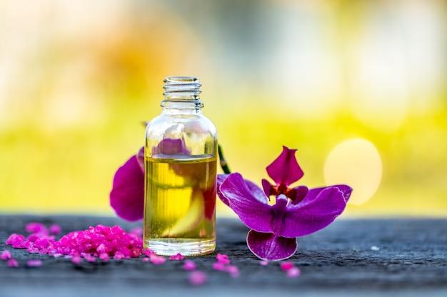 Etherische oliën en medische bloemenkruiden op bokehachtergrond.