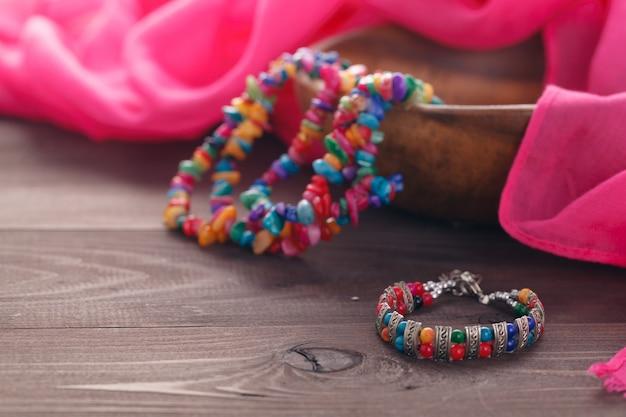 Etnische juweel bijouterie lag op roze zijden sjaal