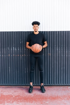 Etnische sportman met basketbalbal