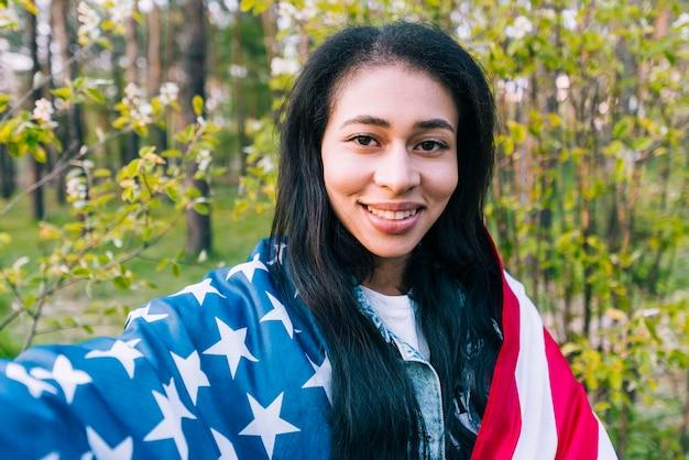 Etnische vrouw met amerikaanse vlag