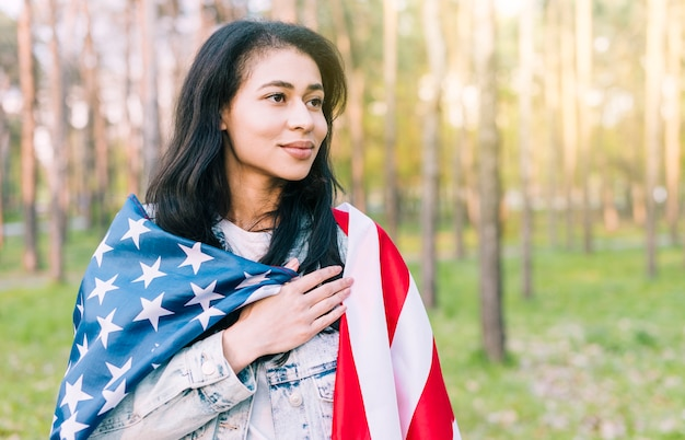 Etnische vrouw met de vlag van de vs