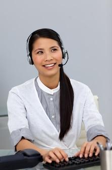 Etnische zakenvrouw met hoofdtelefoon op