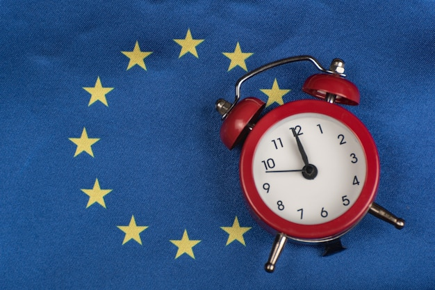 Eu-vlag en vintage wekker. detailopname. tijd om lid te worden van de eu.