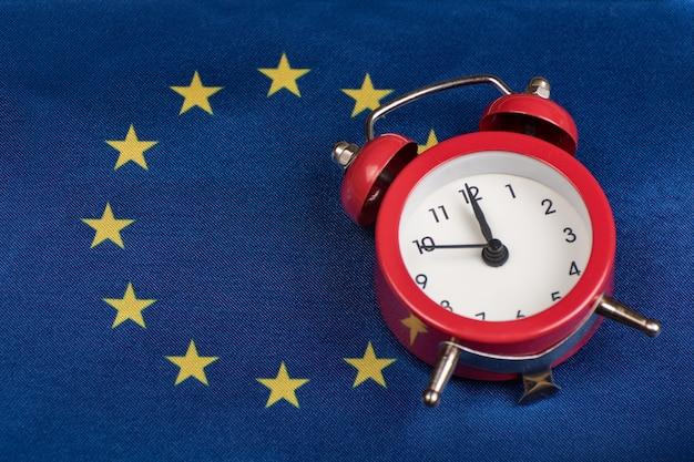 Eu-vlag en vintage wekker. detailopname. tijd om lid te worden van het eu-concept