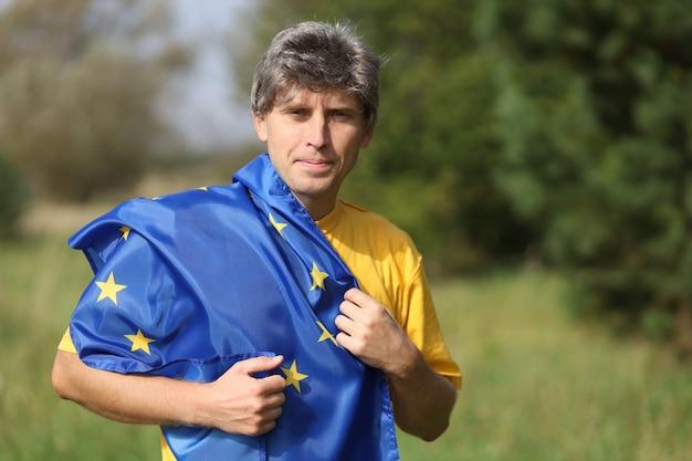 Eu-vlag in de handen van een man