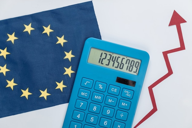 Eu-vlag met rode groeipijl en rekenmachine. pijlgrafiek die omhoog gaat. de economische groei