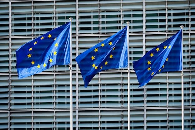 Eu-vlaggen voor de europese commissie