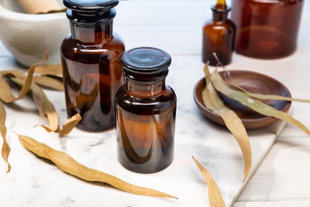 Eucalyptus etherische olie op vintage amberkleurige fles. kruidenolie voor huidverzorging, aromatherapie en natuurlijke geneeskunde