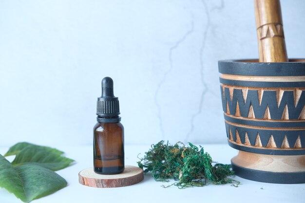 Eucalyptus etherische oliën in een glazen fles met groen blad op witte achtergrond