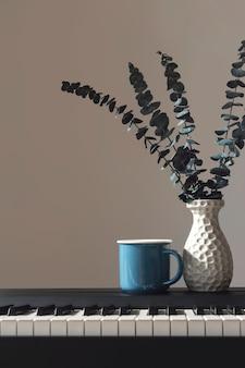 Eucalyptus in een vaas op de piano achtergrond